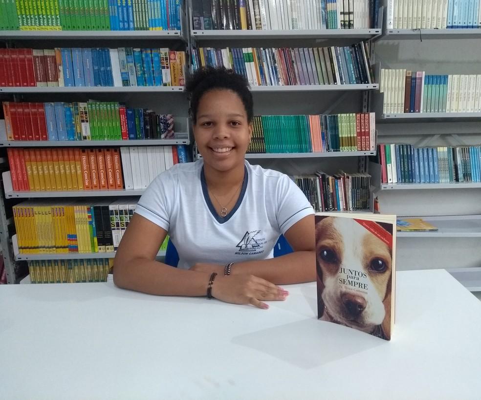 Suellen terminou de ler o livro 'Juntos para sempre' — Foto: Eliete Marques/G1