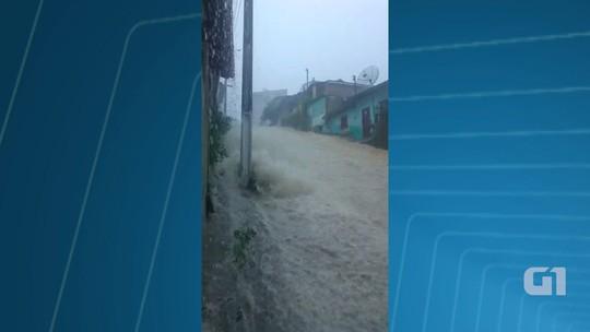 Chuva provoca enxurrada e alagamentos na cidade de Teixeira de Freitas, extremo sul da Bahia