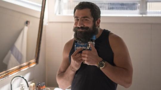 Assista aos bastidores da gravação de Fauze tirando a barba em 'Órfãos da Terra'