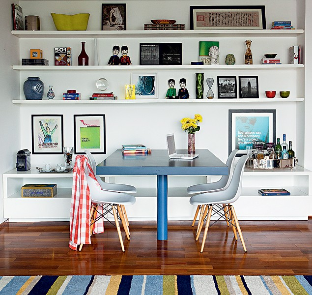 Hipsters adoram tecnologia, por isso não é estranho encontrar um notebook sobre a mesa de jantar. Na estante, pôsteres com frases divertidas e bonecos dos Beatles. Projeto do escritório Suíte Arquitetos (Foto: Edu Castello e Lufe Gomes/Casa e Jardim)
