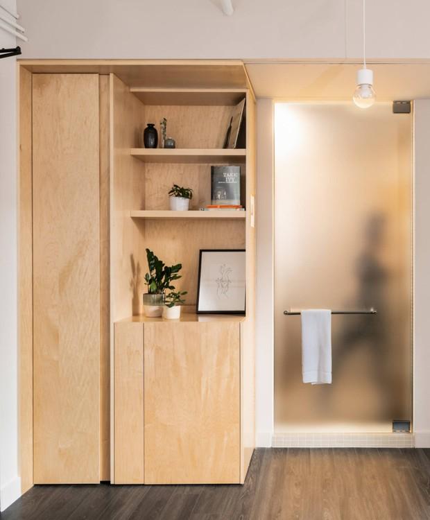 Em alguns quartos, uma porta de vidro divide a área comum e o banheiro (Foto: The Annex Hotel/ Reprodução)