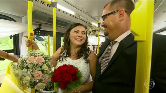 Casal celebra união em ônibus da mesma linha em que se conheceu há dez anos, no Recife