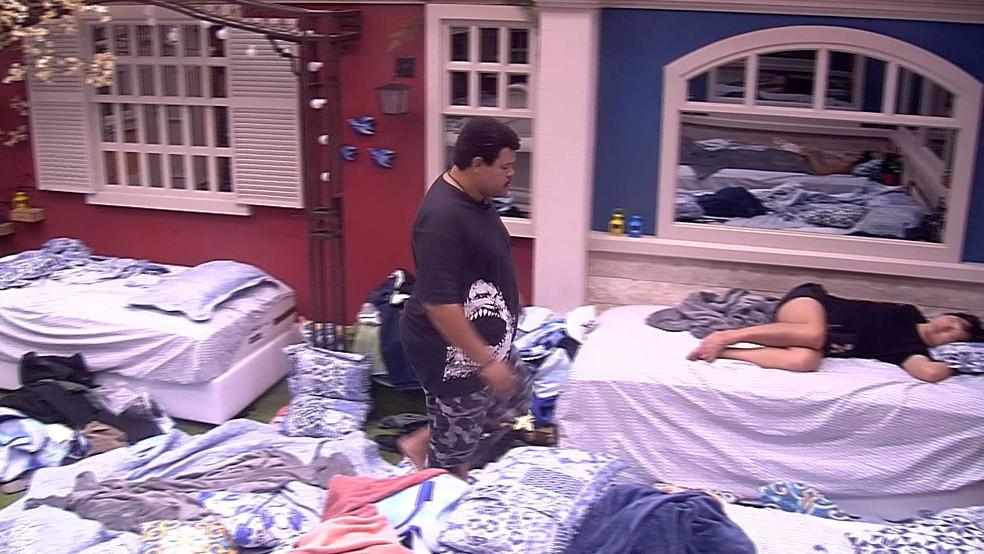 Babu acorda Pyong e informa punição — Foto: Globo
