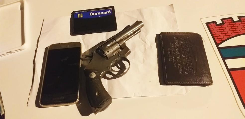 Arma que estava com o assaltante baleado foi apreendida — Foto: PMRN/Divulgação