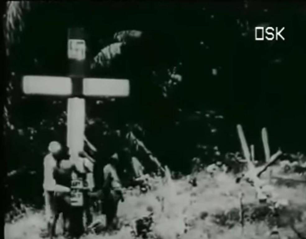 Imagem de documentário alemão mostra cruz sendo fincada por indígenas — Foto: Reprodução