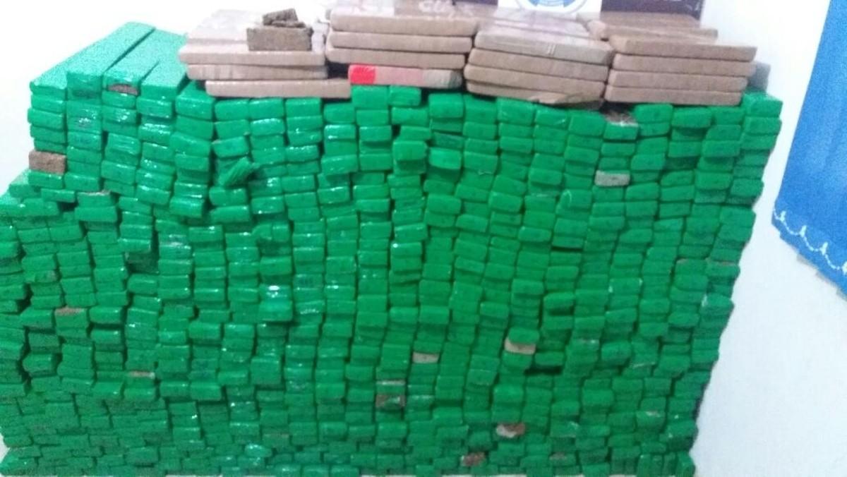 Três pessoas são presas com 700 kg de maconha que 'abasteceria' tráfico em 3 cidades de MT