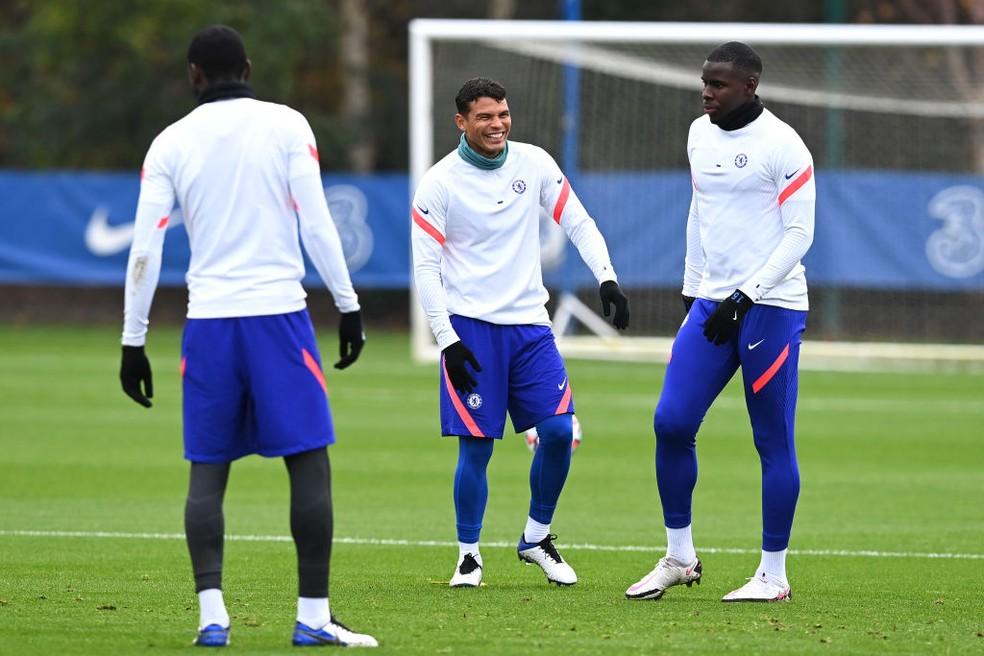 Thiago Silva sorri ao lado de Zouma em treino do Chelsea — Foto: Getty Images