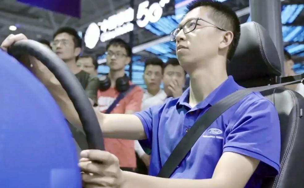 Motorista dirige Ford através de conexão 5G — Foto: Reprodução/Ford