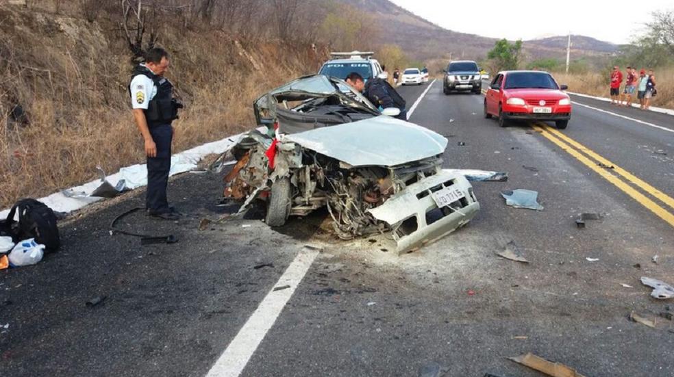 Um dos condutores ficou ferido gravemente. Ele foi encaminhado para o Hospital de Boa Viagem. (Foto: Reprodução/TV Verdes Mares)