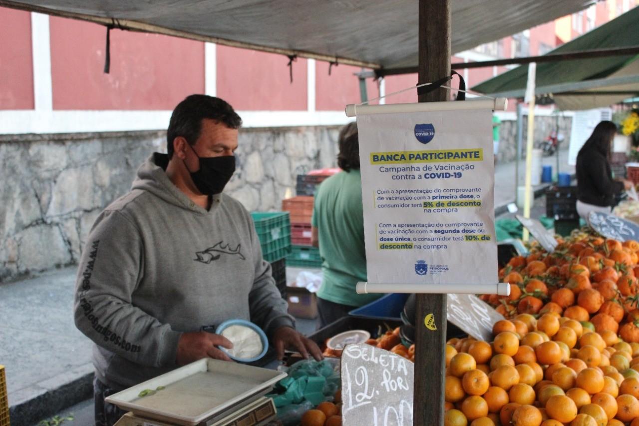 Feirantes oferecem descontos para vacinados contra Covid-19, em Petrópolis, no RJ
