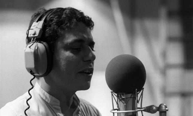 Chico Buarque gravando no estúdio da Phillips, em 1979