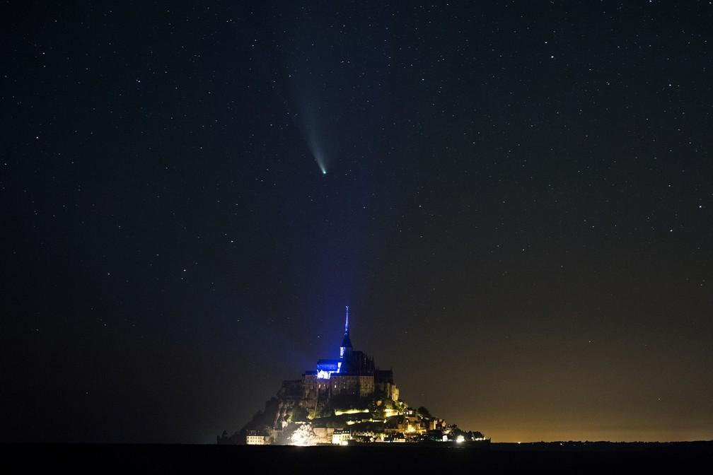 22 de jullho - Foto de longa exposição mostra o cometa Neowise (C / 2020 F3) sobre o Monte Saint-Michel, oeste da França — Foto: Loic Venance/AFP