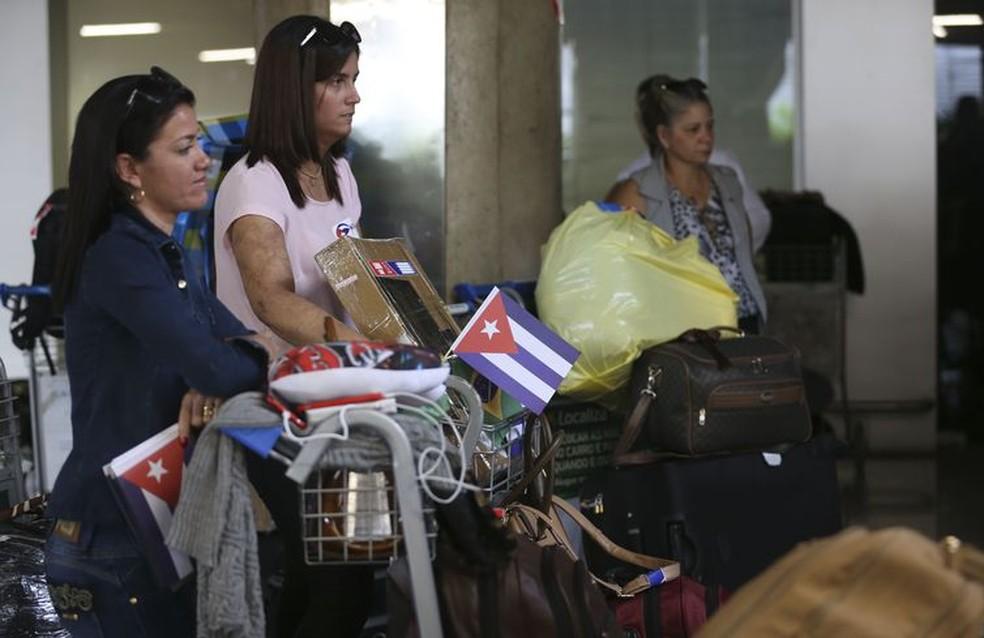 Médicos cubanos que atuavam no programa embarcam no Aeroporto Internacional de Brasília rumo a Havana. — Foto: Valter Campanato/Agência Brasil