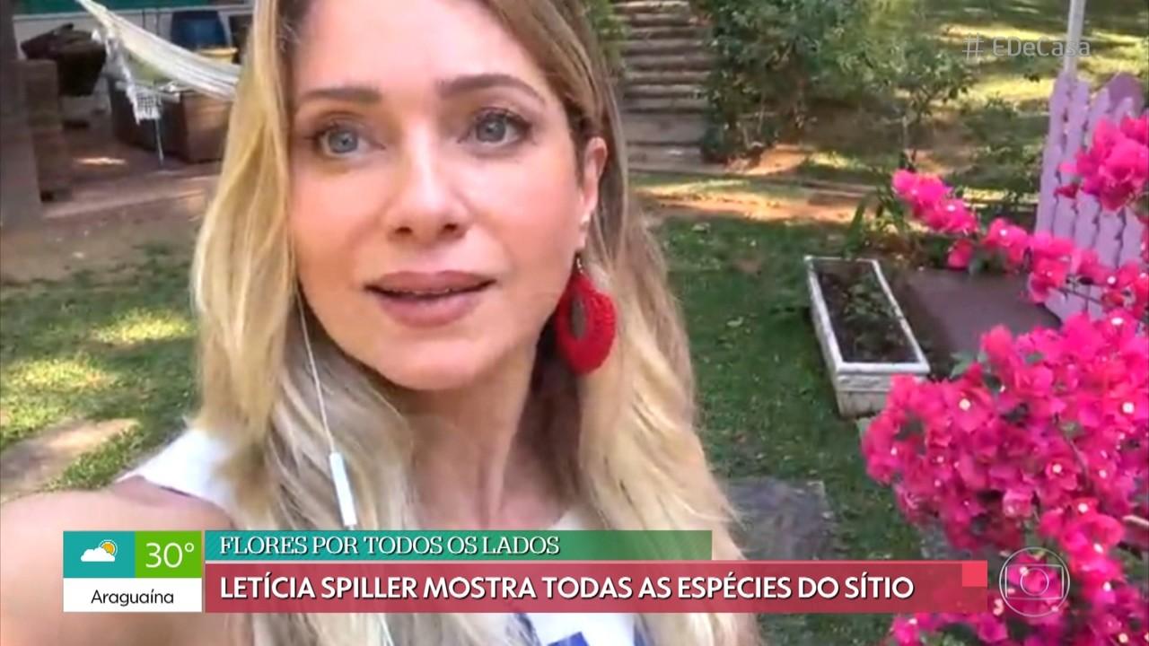 Letícia Spiller mostra as flores de seu sítio