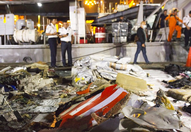Destroços do avião da Lion Air são retirados do mar na Indonésia (Foto: Ed Wray/Getty Images)