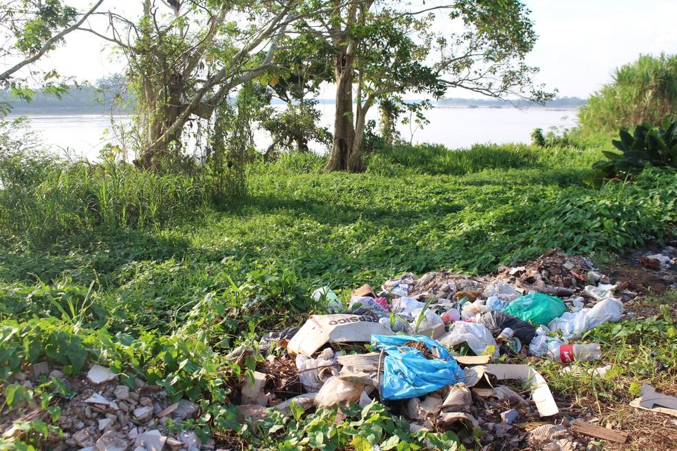 Lixo continua sendo descartado às margens do rio (Foto: Júnior Freitas/G1)