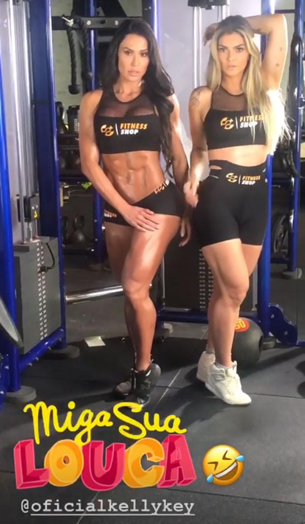 Gracyanne e Kelly a posam juntas (Foto: Reprodução)