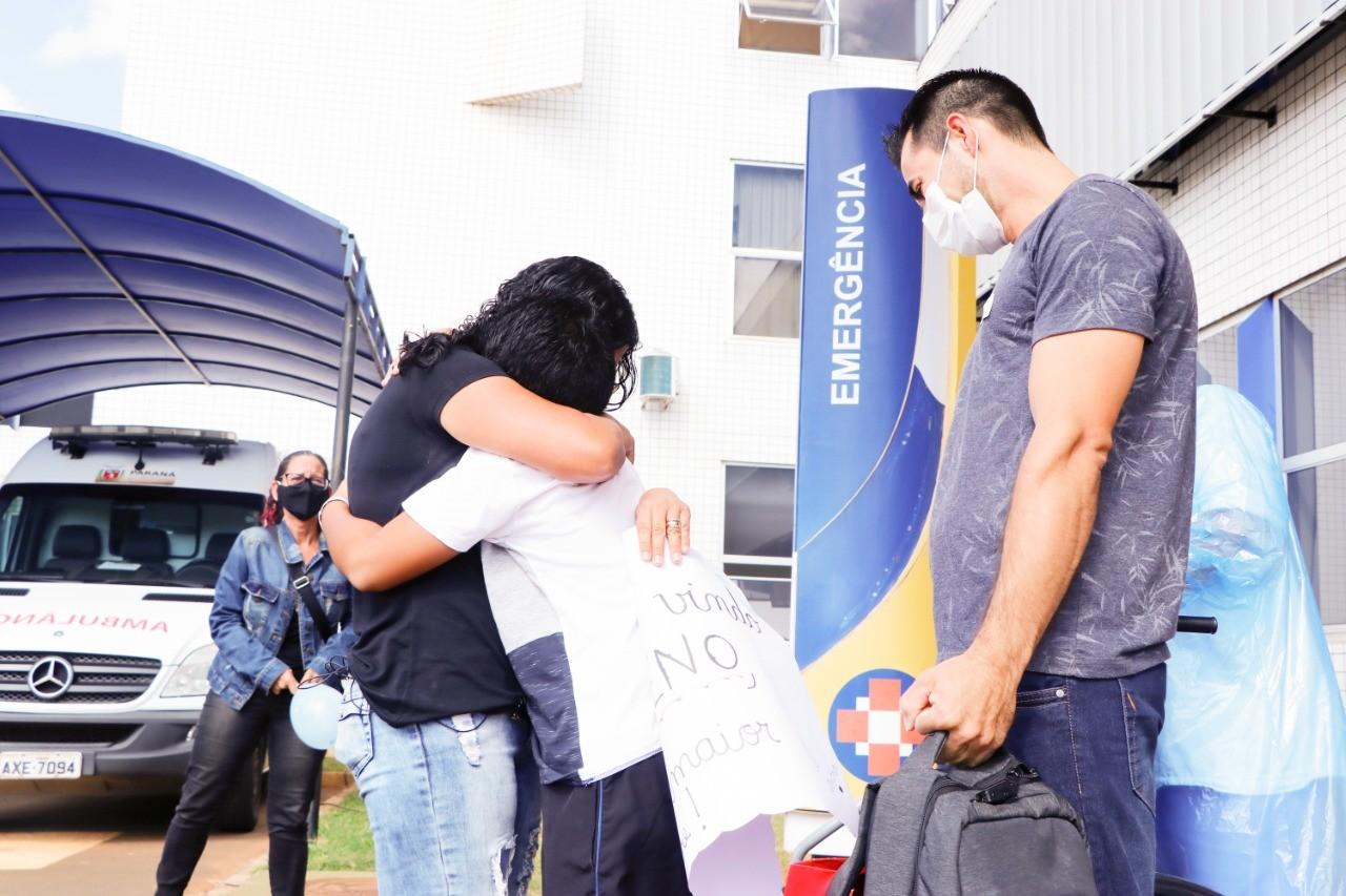 Menino de 12 anos deixa hospital após 7 dias intubado por Covid-19, no Paraná: 'Nosso milagre'