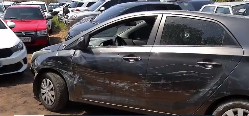 Carro ficou com marcas de tiros após troca de tiros com a PM — Foto: Reprodução