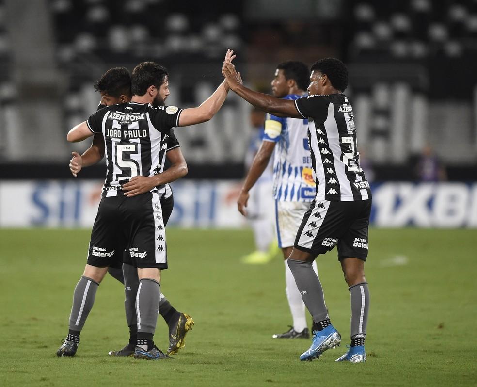 Botafogo abriu o placar com gol contra no Nilton Santos — Foto: André Durão/GloboEsporte.com