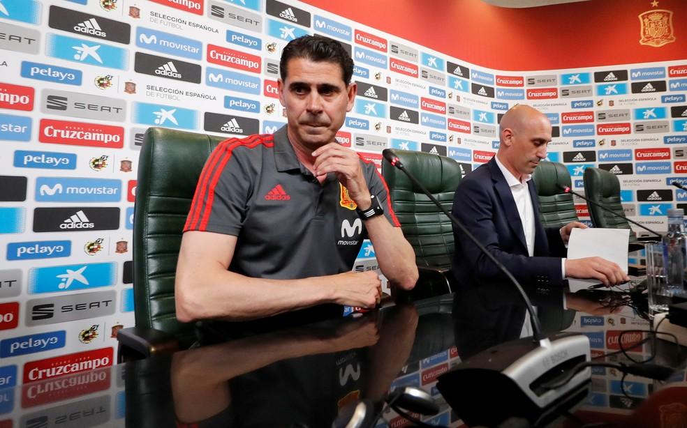 Hierro, técnico da Espanha, ao lado do presidente da Federação Espanhola  (Foto: Reuters)