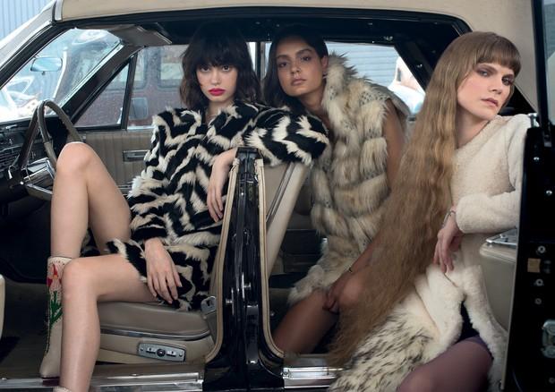 Casaco (R$ 5.597), colete e casaco (R$ 4.742 cada), todos Carol Bassi, e botas Gucci (R$ 10.440) (Foto: Nicole Fialdini)