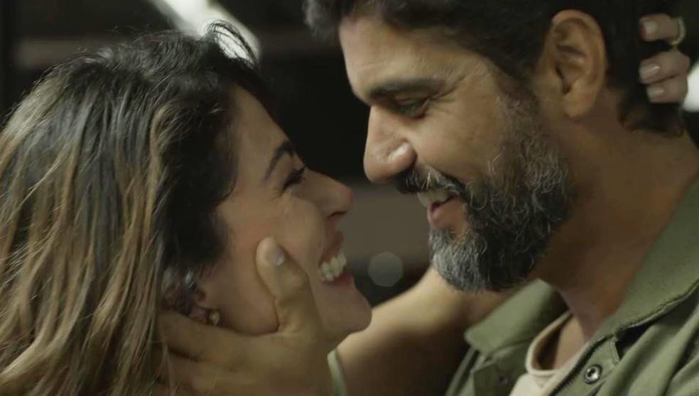 Helena (Carol Castro) e Hussein (Bruno Cabrerizo) se reencontram — Foto: Globo