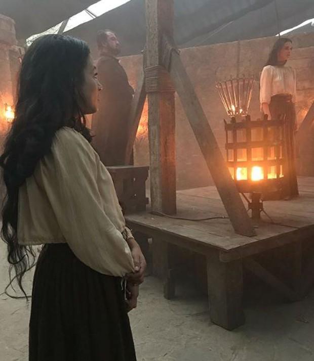 Taísa Gomes esperando Bruna Marquezine gravar (Foto: Reprodução/Instagram)