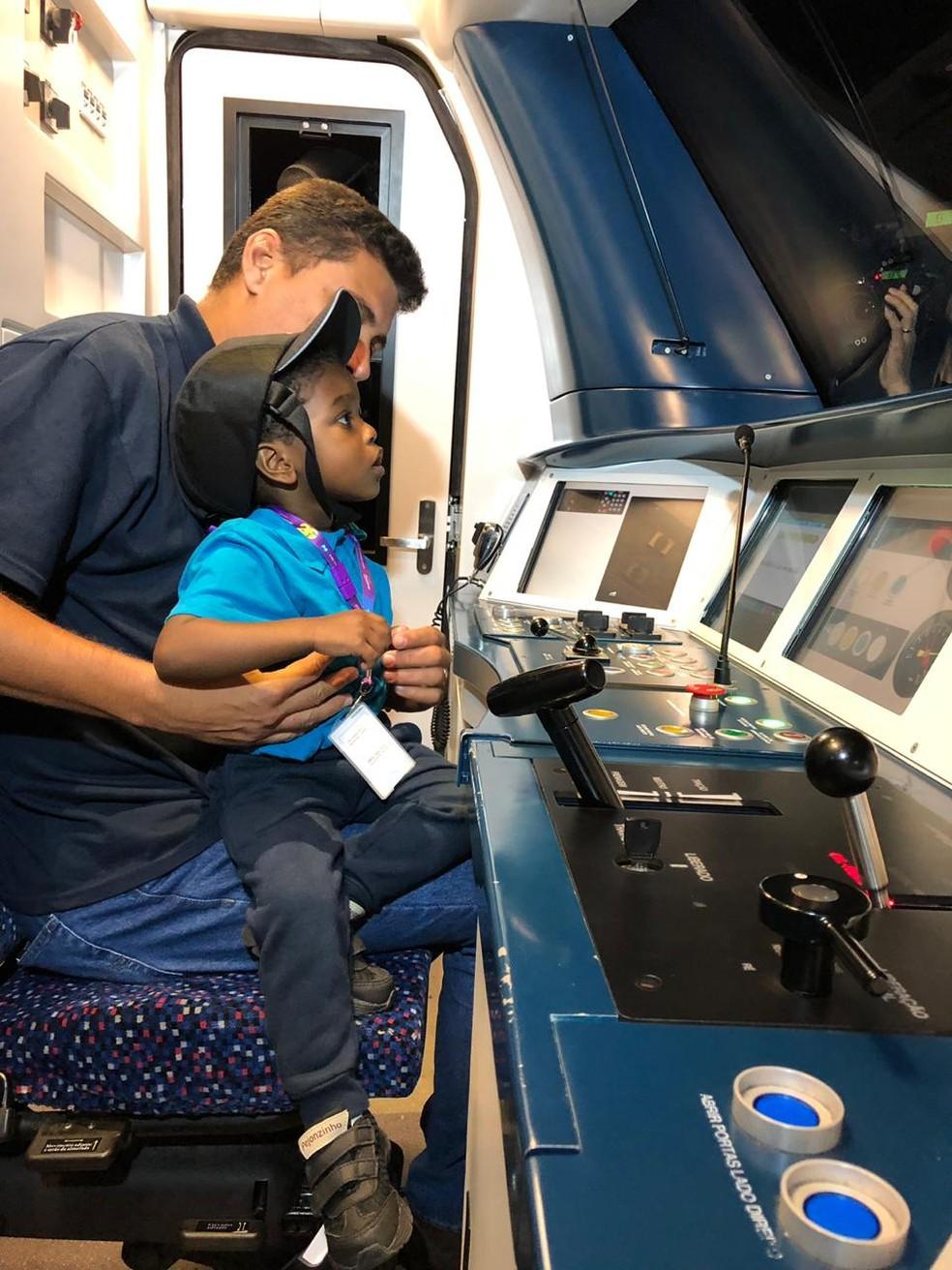 Pietro conhece um simulador de metrô, no Rio — Foto: Larissa Caetano/G1