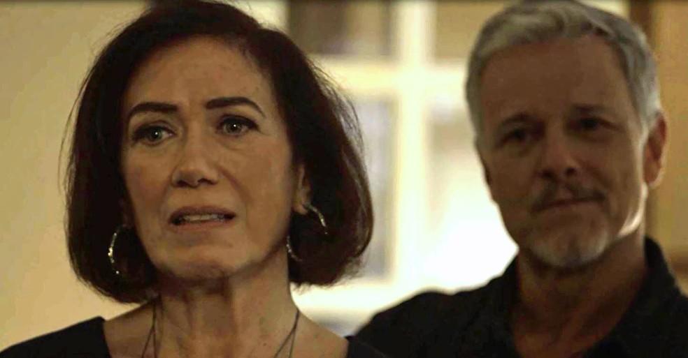 Valentina (Lilia Cabral) fica chocada com atitude de Olavo (Tony Ramos) e Sampaio (Marcello Novaes) comemora, em 'O Sétimo Guardião' — Foto: TV Globo