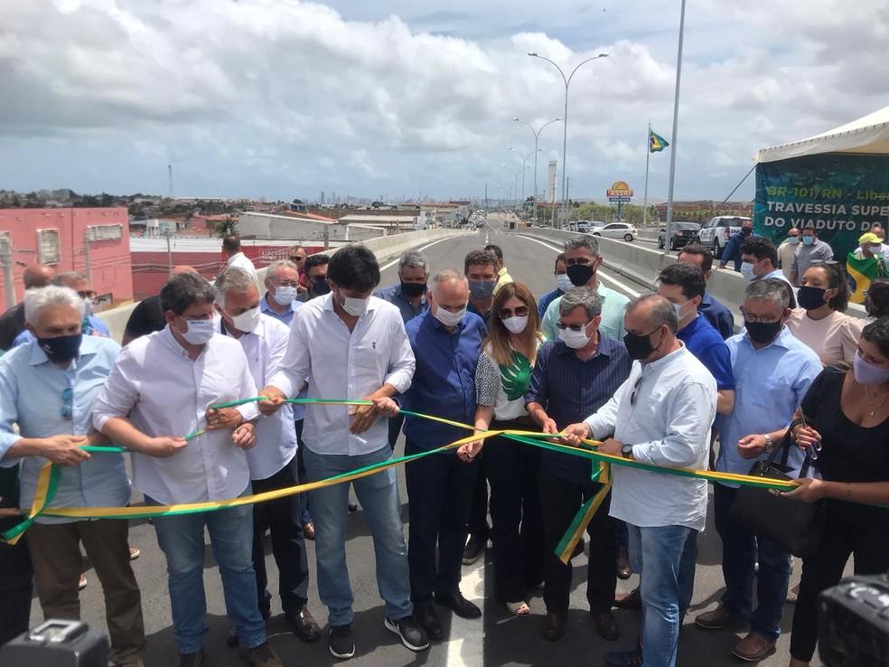 Ministros, deputados e prefeito liberam fluxo de veículos na travessia superior do viaduto do Gancho de Igapó, na BR-101 Norte em Natal. — Foto: Geraldo Jerônimo/Inter TV Cabugi