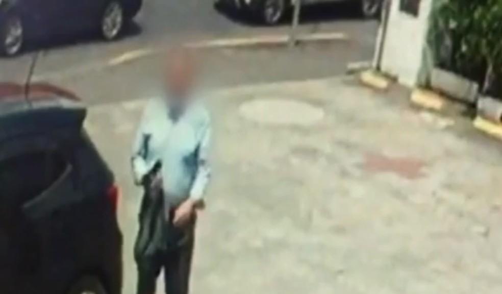 Idoso foi flagrado por câmera de monitoramento quando chegava na loja— Foto: NSC TV/Reprodução