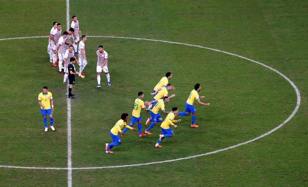 Enquanto os jogadores correm, Thiago Silva fica no meio do campo — Foto: Diego Vara/Reuters