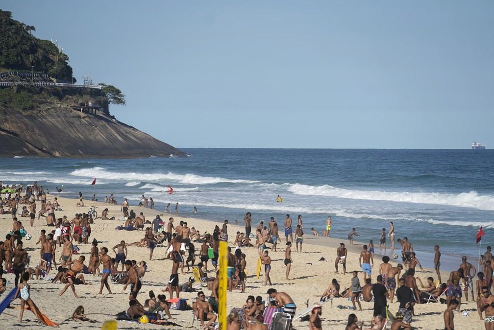 Banhistas se aglomeram na areia da Praia de São Conrado nesta quarta-feira (5) — Foto: Marcos Serra Lima/G1