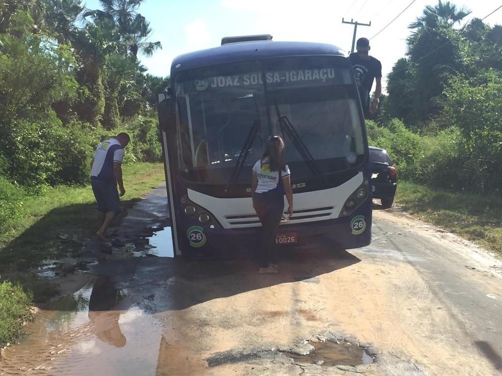 Ônibus caiu em um buraco na avenida Transtabuleiro.  — Foto: Kairo Amaral/TV Clube