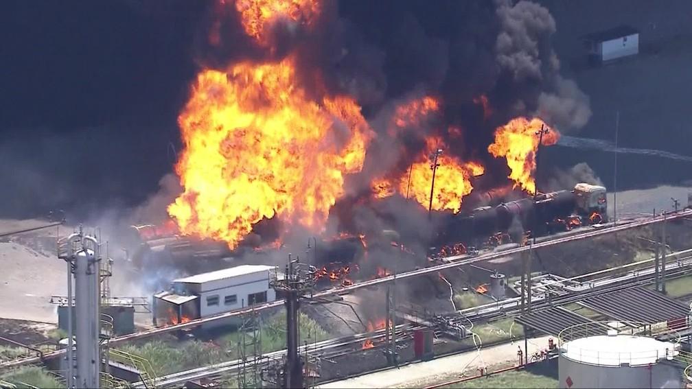 Caminhões-tanque também pegaram fogo em Manguinhos — Foto: Reprodução/TV Globo