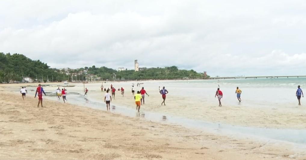 Mesmo com decreto e proibição, praias de Salvador registram aglomeração no fim de semana