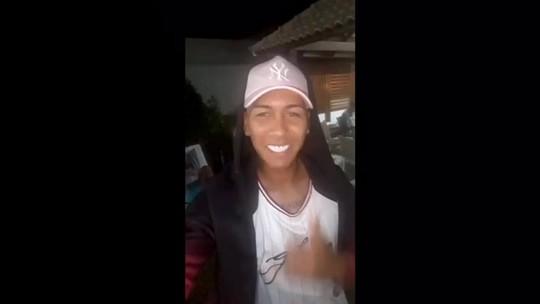 Vídeo, fã na cola e emoção: Firmino reencontra professora em Alagoas