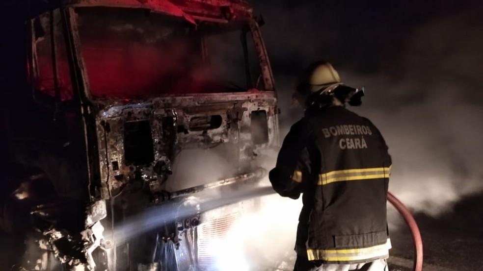 O veículo ficou completamente destruído.  — Foto: Divulgação/Corpo de Bombeiros