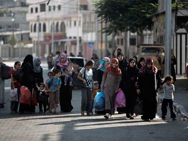 Famílias palestinas deixam suas casas na Cidade de Gaza. (Foto: Mahmud Hams / AFP Photo)
