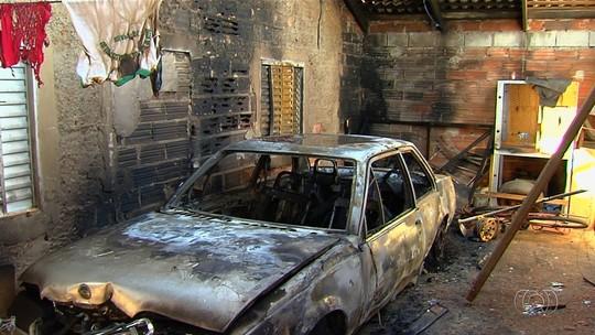 Homem coloca fogo em casa com mulher e filhos dentro após discussão, em Guapó
