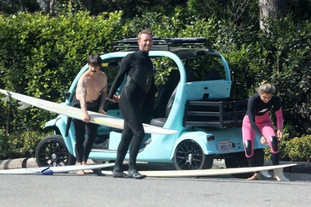 Anthony Kiedis, Chris Martin e Maya Gabeira (Foto: RMBI / DOBN / BACKGRID )