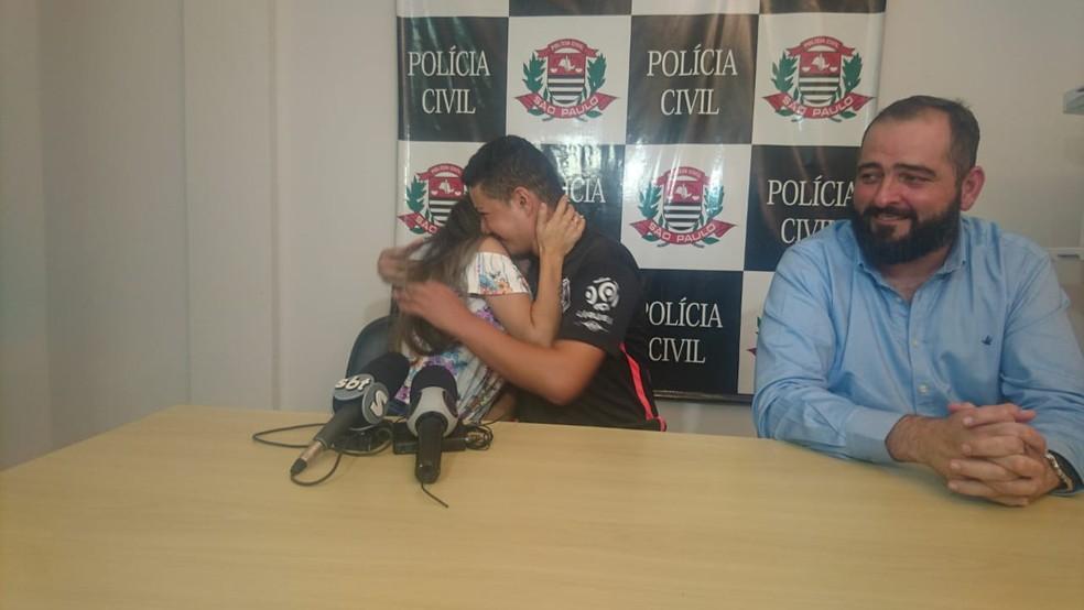 Taina Queiroz se emocionou ao falar do caso junto o marido, Raul da Silva, e o advogado Alexandre Amaral — Foto: Paola Patriarca/G1