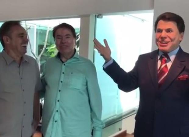 Gugu dá estátua de presente para Silvio (Foto: Reprodução/Instagram)