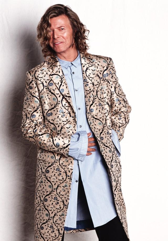Brincando com proporções para atualizar o visual de referência barroca, o paletó vira casaco e a camisa fica bem comprida (Foto: Getty Images)