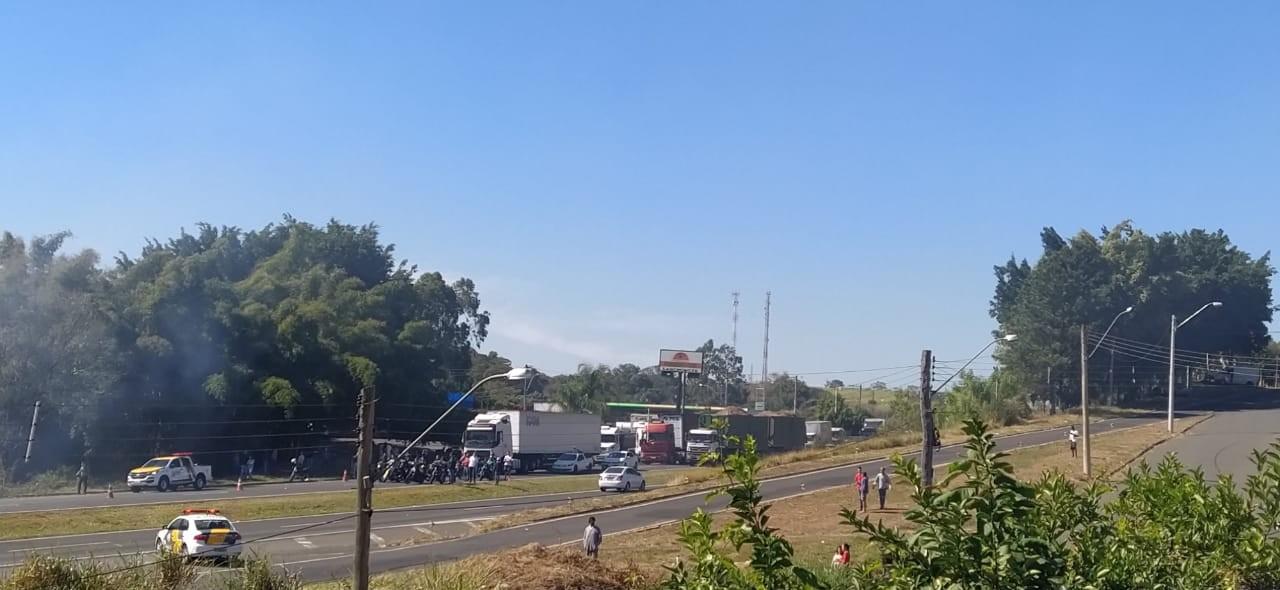 Fogo em mata interdita derruba árvores e interdita SP-304 por 40 minutos, em Piracicaba