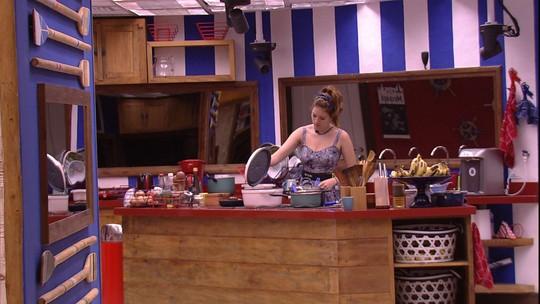 Ana Clara tempera bife na cozinha