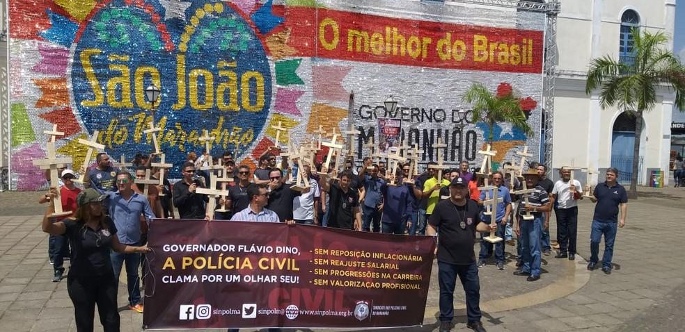 Policiais seguem em direção ao Palácio dos Leões e registram manifestação na Praça dos Catraieiros — Foto: Divulgação / Sinpol