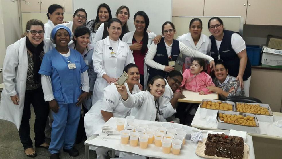 Funcionários de hospital fazem festa de despedida para Sarah (Foto: Arquivo pessoal)