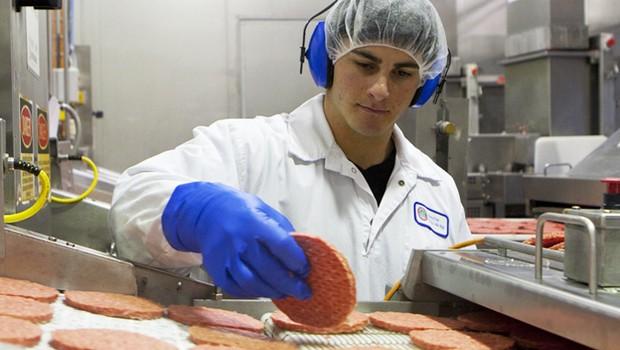 Preparação de alimentos na Keystone Foods, que pertence ao grupo Marfrig Global Foods (Foto: Divulgação)